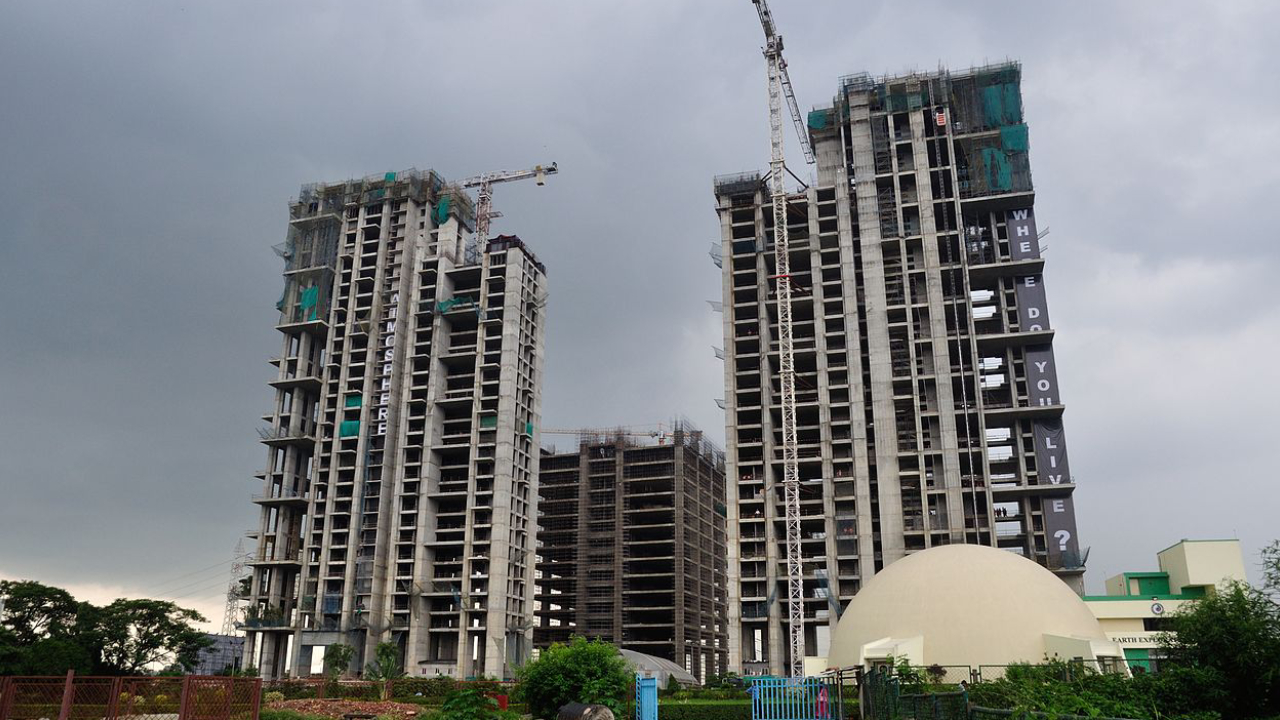An image showing high rise apartment units in under construction.